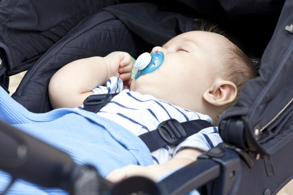 Baby schläft in einem Kinderwagen