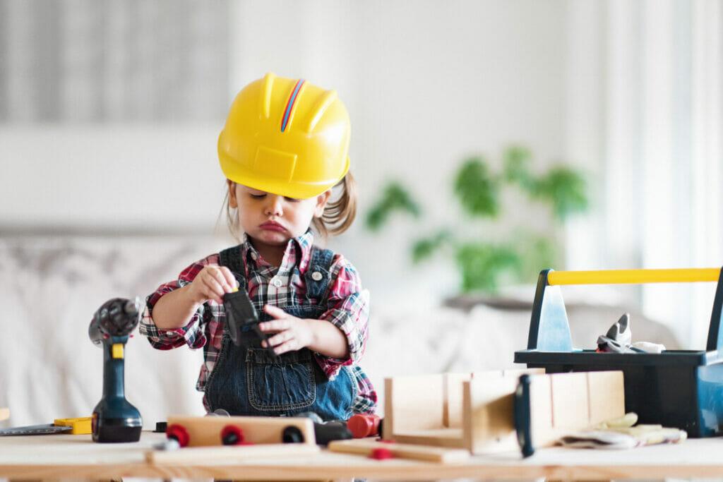 Ein kleines Mädchen ist als Handwerkerin verkleidet